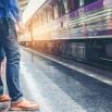 поезд-ожиданий-человека-путешественника-на-железнодорожной-платформе-96061505.jpg